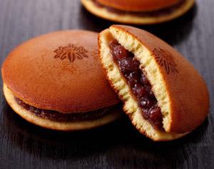 Menu Momotaro : dessert : Dorayaki Pancake enveloppant une garniture de pâte de haricot rouge