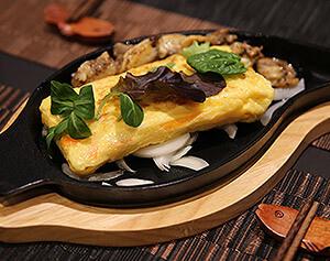 Tamagoyaki Omelette façon japonaise, oeufs cuits accompagnés de surimi - Momotaro