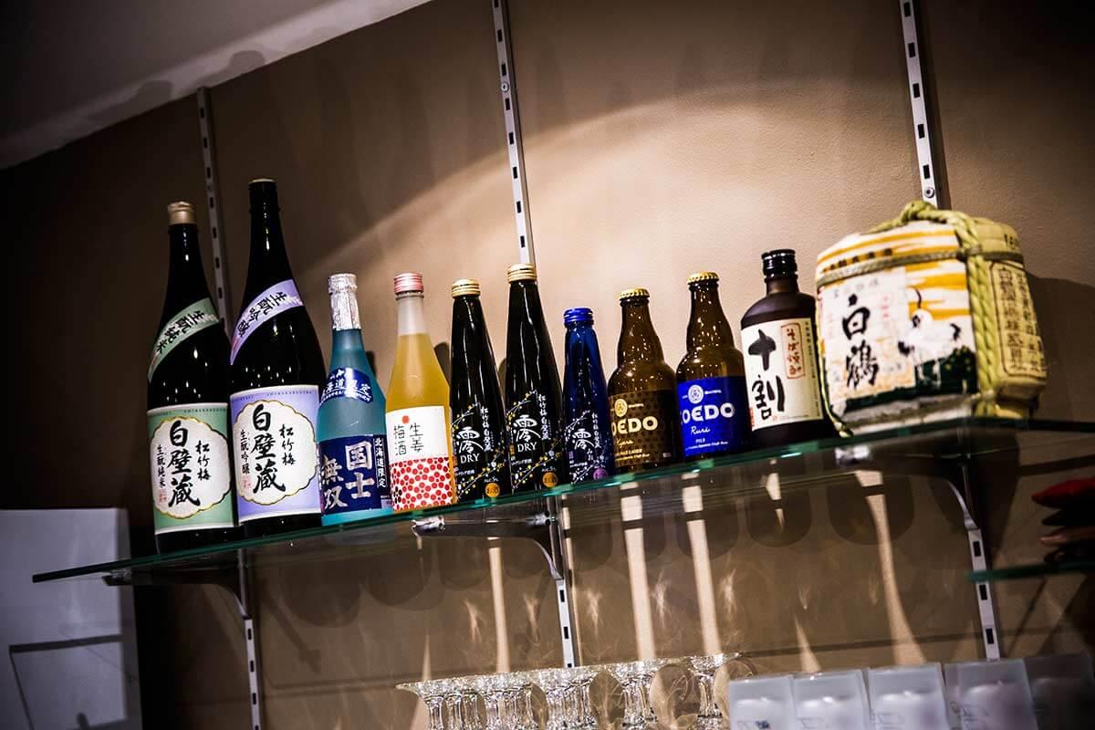 nombreux-produits-typiques-japonais-restaurant-momotaro