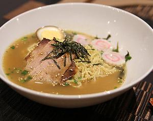 Au menu du Momotaro Restaurant : Tchachyu Ramen Nouilles garnies de porc grillé assaisonné de miel et de sauce soja
